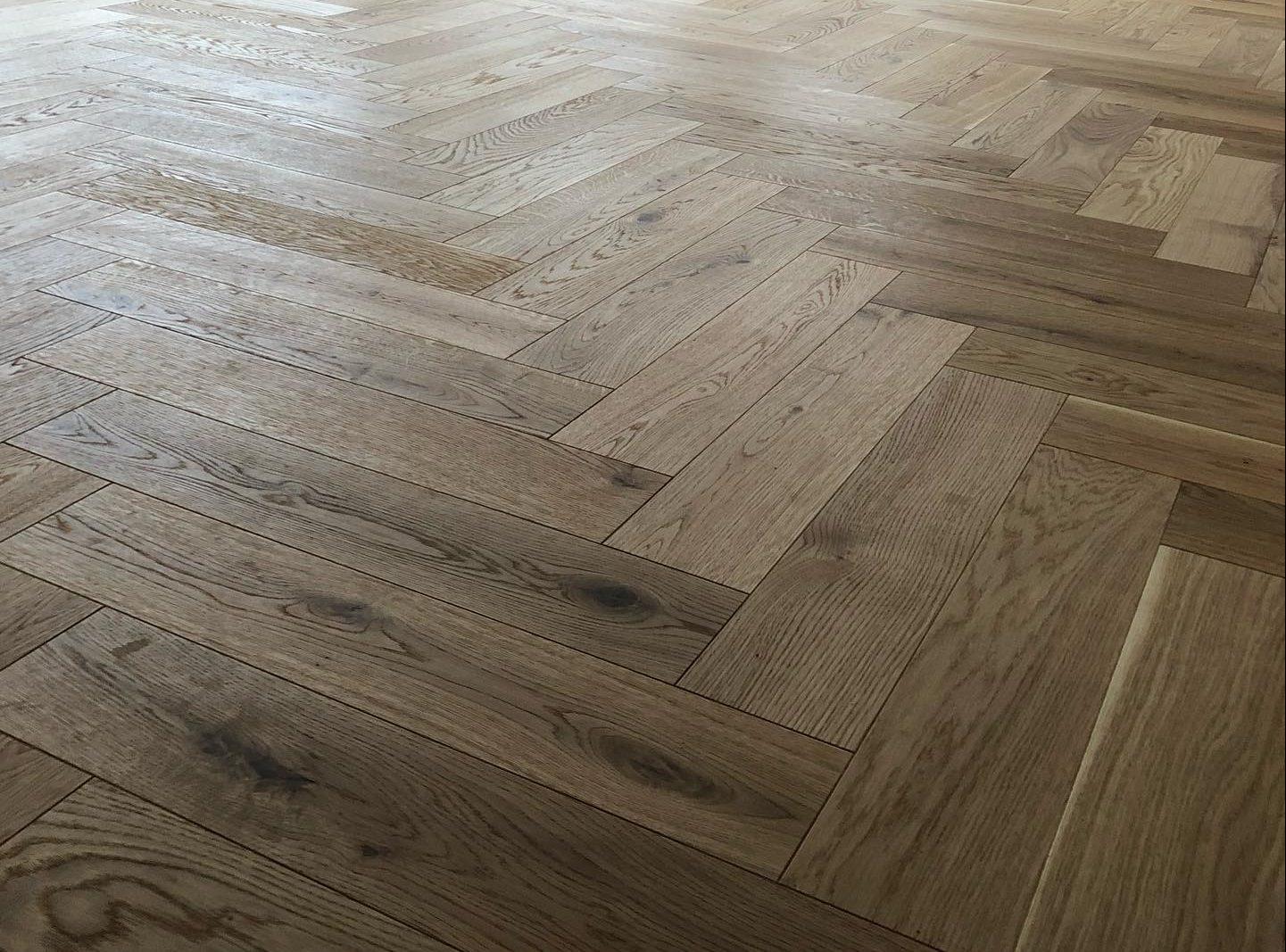 Fiskbensparkett golvläggning av golv finish