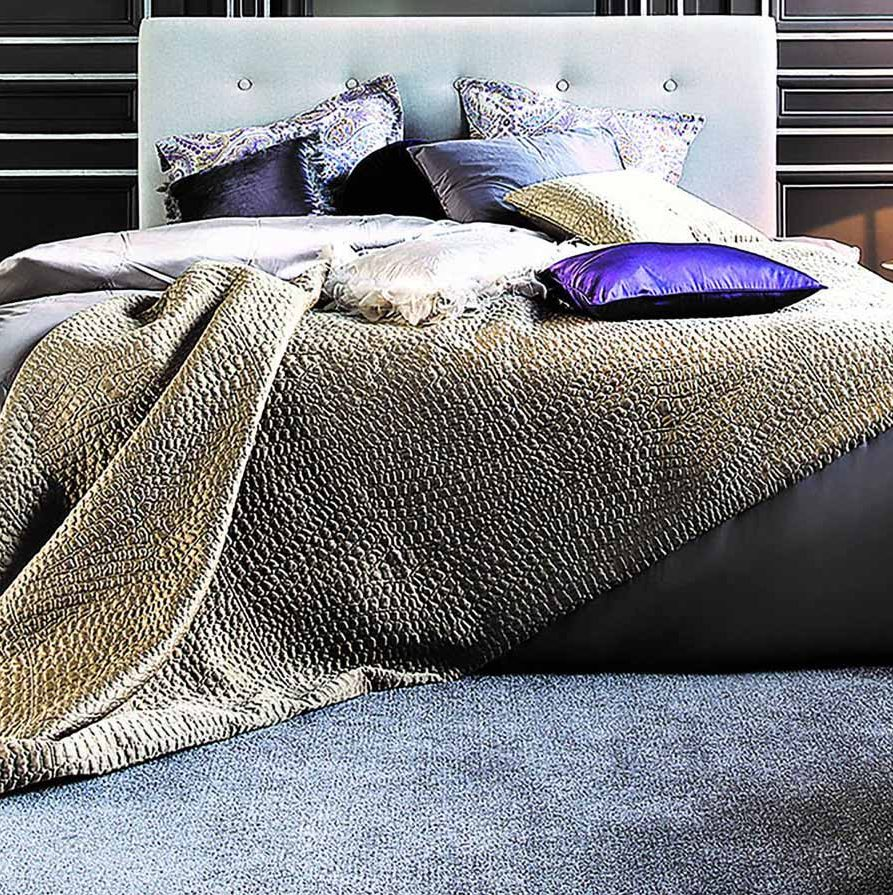 Sovrum med grå heltäckningsmatta